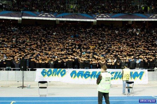 基輔球迷在歐聯賽事穿上黑衣,肩並肩背向球場,展示聲援Pavlichenko的陣勢