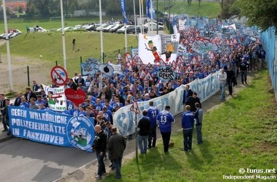 Le Mouvement en Allemagne . - Page 8 Schalke-bayern_7