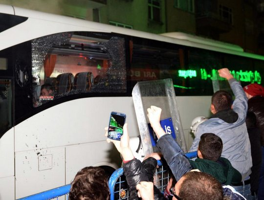 Матч Трабзонспор - Фенербахче не был доигран из-за беспорядков на трибунах - изображение 2